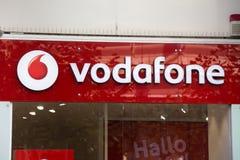 法兰克福,黑森/德国- 11 10 18 :在一个大厦的vodafone标志在法兰克福德国 免版税库存照片