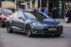 法兰克福- 9月21日:新的2014年特斯拉式样S eletric汽车礼物 免版税库存照片