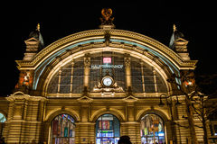 法兰克福Hauptbahnhof主要火车站外部夜 免版税库存图片