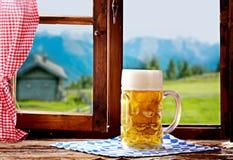 巴法力亚啤酒可口刷新的大啤酒杯  图库摄影