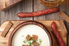 巴法力亚啤酒奶油汤用莳萝油煎方型小面包片和 图库摄影