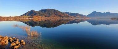巴法力亚湖tegernsee在秋天,平静的大气 库存图片
