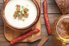 巴法力亚鲜美啤酒奶油汤用莳萝油煎方型小面包片 库存照片