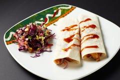 法加它 墨西哥食物 传统烹调绿色墨西哥调味汁辣的炸玉米饼 免版税图库摄影