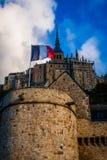 法国。诺曼底。圣米歇尔山。法国旗子 免版税库存照片