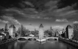 法国中世纪桥梁和塔 免版税图库摄影