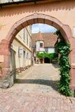 法国中世纪riquewihr城镇围场 免版税库存图片