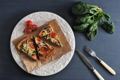 法国乳蛋饼用鸡蛋、菠菜、蕃茄和烟肉- recip 免版税库存照片