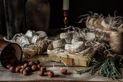 法国乳酪品种在一间多灰尘的餐具室 免版税库存图片
