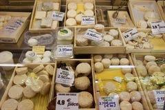 法国乳酪市场摊位 图库摄影