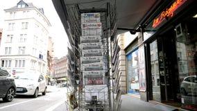 法国人关于王牌金山顶新加坡的世界报报纸 股票视频