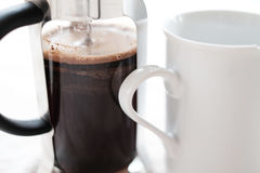 法国人新闻咖啡和杯子 免版税库存图片