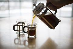 法国人新闻咖啡在一个冷的冬天早晨倾吐 免版税库存图片