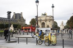法国人民骑自行车的自行车人力车等待的旅客用途服务在巴黎附近游览 免版税图库摄影