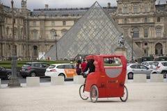 法国人民骑自行车的自行车人力车等待的旅客用途服务在巴黎附近游览 库存照片