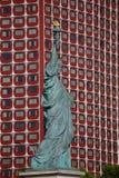 法国人自由女神像复制品和现代大厦,巴黎,法国, 2015年8月1日-被给了巴黎的公民在1 7月4日, 库存照片