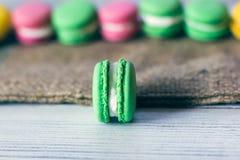 法国传统-五颜六色的蛋白杏仁饼干 免版税库存照片
