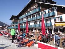 法国假日滑雪者在一家室外餐馆放松 图库摄影