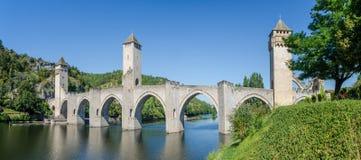 法国卡奥尔视图中世纪桥梁在卡奥尔镇 镇 免版税库存照片