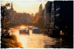 法国史特拉斯堡 在河和太阳反射的日落在水中 库存图片