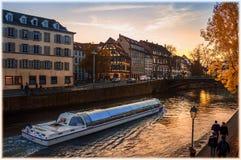 法国史特拉斯堡 在河和太阳反射的日落在水中 免版税库存照片