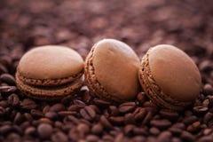 法国咖啡蛋白杏仁饼干和咖啡豆 库存照片