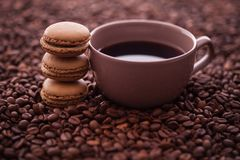 法国咖啡蛋白杏仁饼干和咖啡豆 库存图片