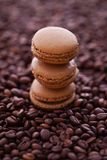 法国咖啡蛋白杏仁饼干和咖啡豆 免版税图库摄影