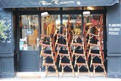 法国咖啡馆室外位子在巴黎 免版税库存照片