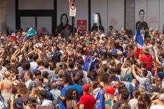 法国国民庆祝法国足球队员的胜利 库存照片