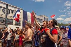 法国国民庆祝法国足球队员的胜利 库存图片
