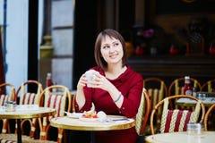 法国在室外咖啡馆的妇女饮用的咖啡在巴黎,法国 库存照片