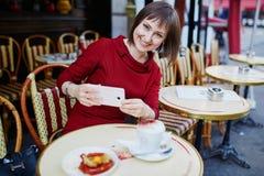 法国在巴黎人咖啡馆和制造照片的妇女饮用的咖啡 图库摄影