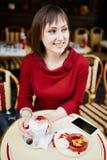 法国在巴黎人室外咖啡馆的妇女饮用的咖啡 免版税库存照片