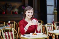 法国在巴黎人室外咖啡馆的妇女饮用的咖啡 库存图片