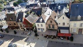 法国城镇 在视图之上 房子屋顶和门面中世纪样式的 库存图片