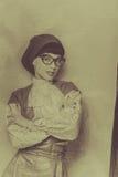 法国女人贝雷帽、葡萄酒礼服和佩带的玻璃 减速火箭的措尼 免版税库存照片