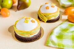 法国奶油甜点结块与白色釉和复活节装饰 免版税图库摄影