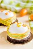 法国奶油甜点结块与白色釉和复活节装饰 库存图片