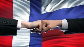 法国对俄罗斯冲突,国际关系,在旗子背景的拳头 股票视频