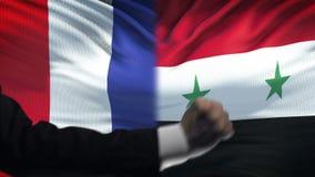 法国对叙利亚交锋,国家分歧,在旗子背景的拳头 股票视频