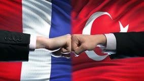 法国对土耳其冲突,国际关系,在旗子背景的拳头 影视素材