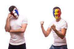 法国对白色背景的罗马尼亚 罗马尼亚和法国国家队足球迷显示情感:罗马尼亚胜利,法国los 免版税图库摄影