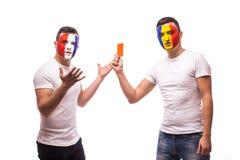 法国对罗马尼亚 罗马尼亚国家队足球迷显示红牌对法国爱好者 库存照片