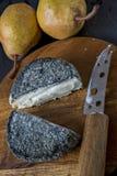 法国山羊乳干酪和梨 免版税库存照片