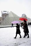 法国巴黎金字塔雪风暴冬天 免版税库存照片