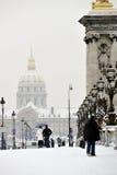 法国巴黎雪风暴游人走的冬天 库存图片