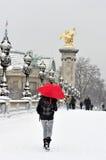 法国巴黎雪风暴走的wi冬天妇女 免版税库存图片