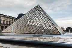 法国巴黎 2018年6月01日:在夏天日落期间的罗浮宫广场 老新生大厦由太阳a启迪 图库摄影