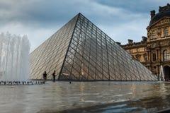 法国巴黎 2018年6月01日:有夏天日落的罗浮宫广场 老新生大厦由太阳和t启迪 免版税库存图片
